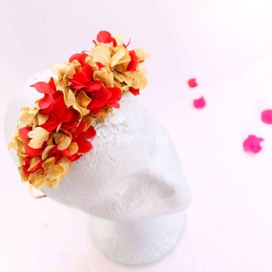 Diadema con flores preservadas