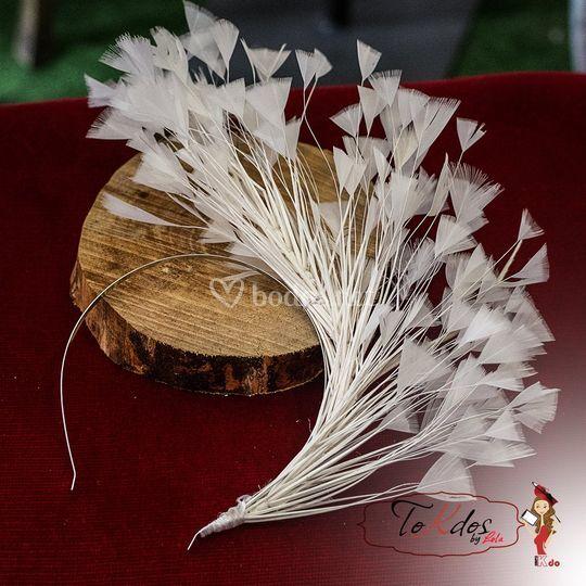 Diadema de plumas de novia