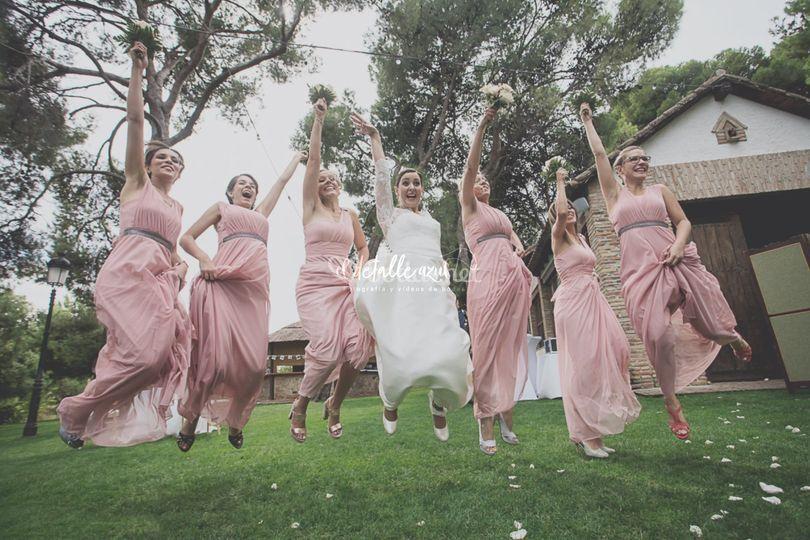 Novia y amigas saltando