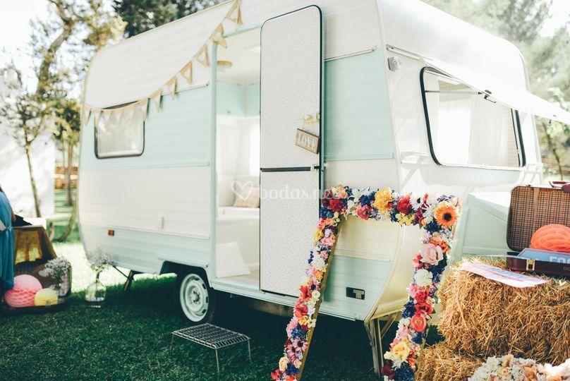 Caravana en una boda rústica