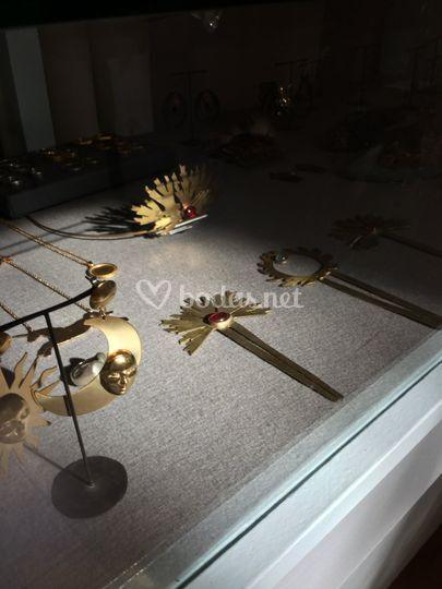 Corona y pinchos de metal