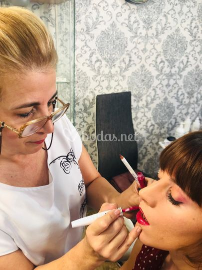 Maquillando clienta
