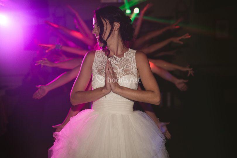 Baile novia con amigas