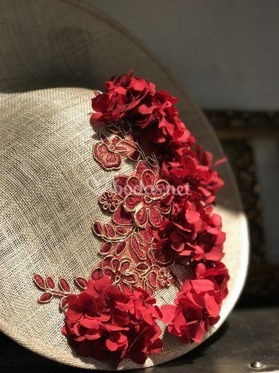 Tocado con bordado y flores