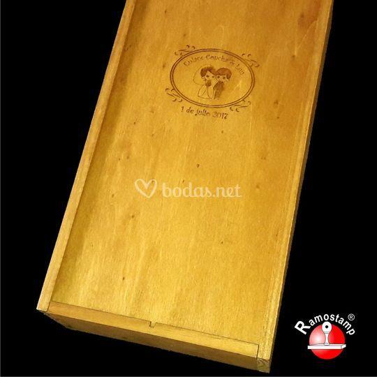 Caja de madera grabada con láser.