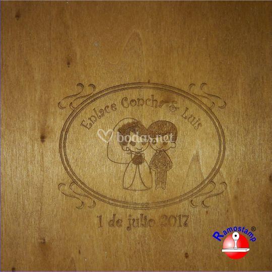 Detalle de grabado en caja de madera.