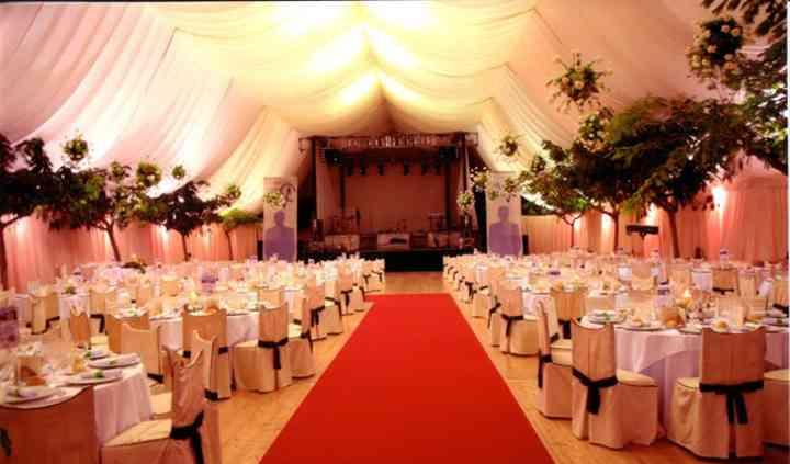 Doble techo tela color crudo y adornos florales en carpa poligonal