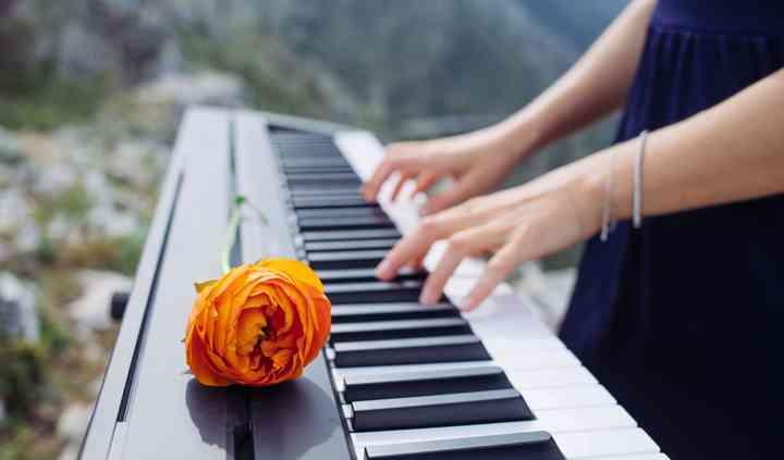 Piano y flor