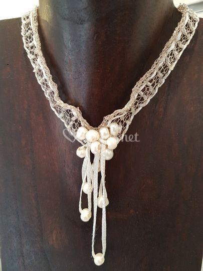Gargantilla de seda y perlas
