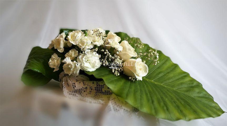 Rosas y clavelinas blancas
