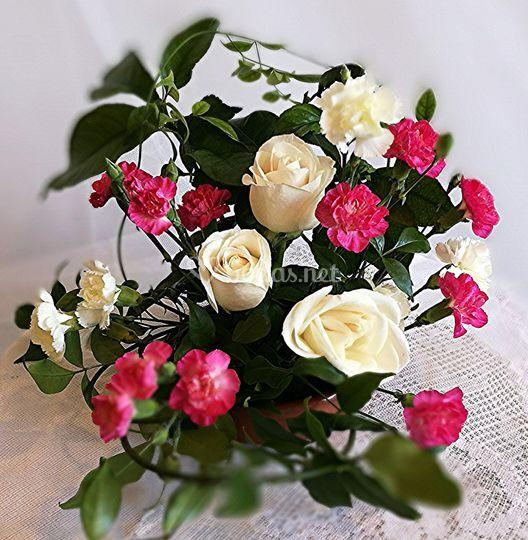 Clavelinas y rosas