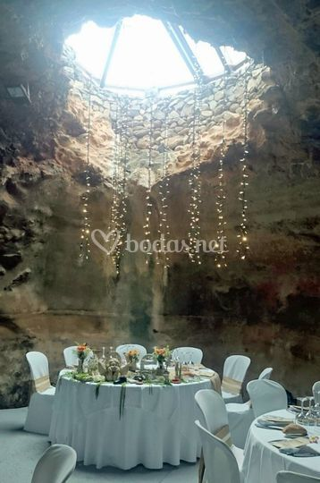 Cascada de luces en cueva