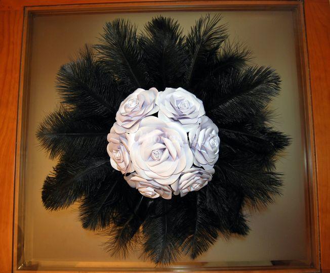 Rosas blancas y plumas negras