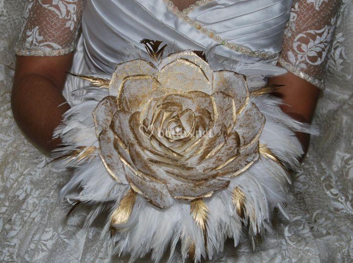 Rosmelia dorada y plumas
