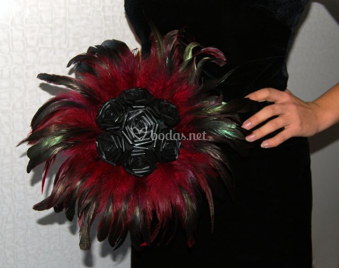 Rosas negras y plumas
