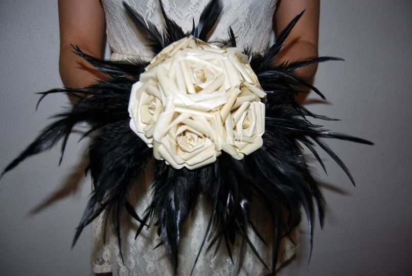 Rosas color marfil y plumas ne