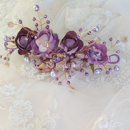 Peina de flores y perlas malva
