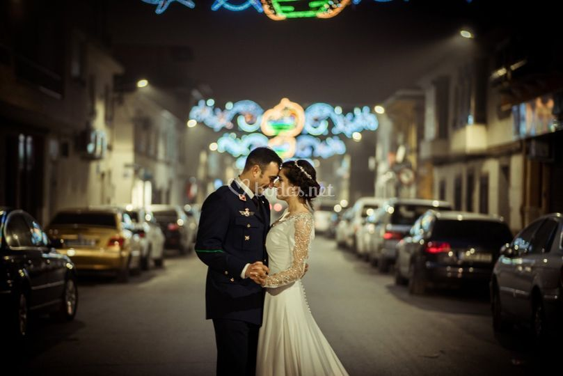 Pareja de boda entre luces de Navidad