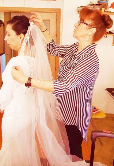 Colocando el velo a la novia