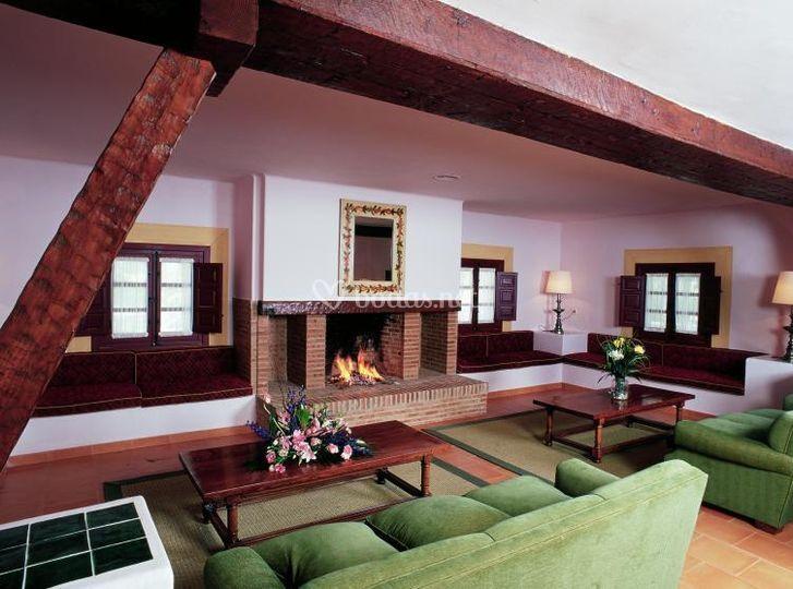 Salón social con chimenea
