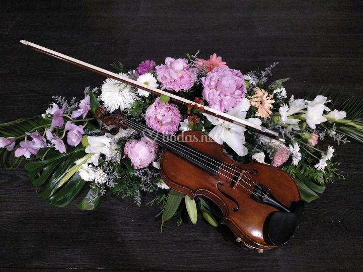 Detalle de flores y violín
