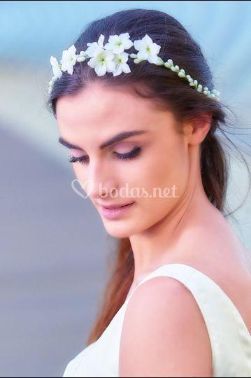 Corona de flores en tono natural