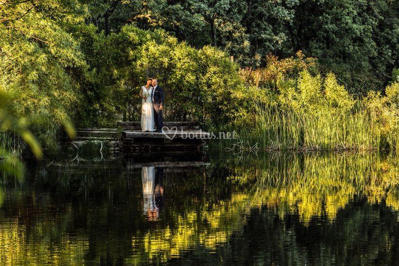 Novios en estanque