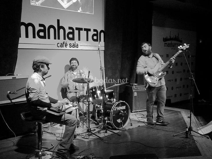 Trio en sala Manhattan