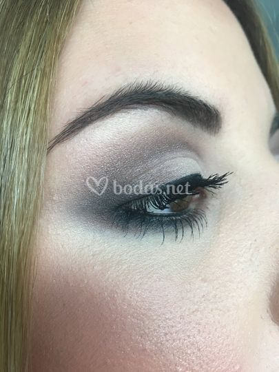 Maquillaje en tonos grises