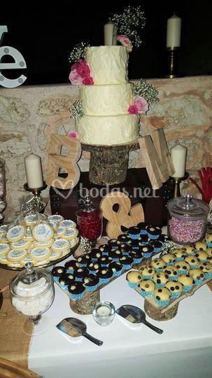 Tarta de boda en mesa dulce