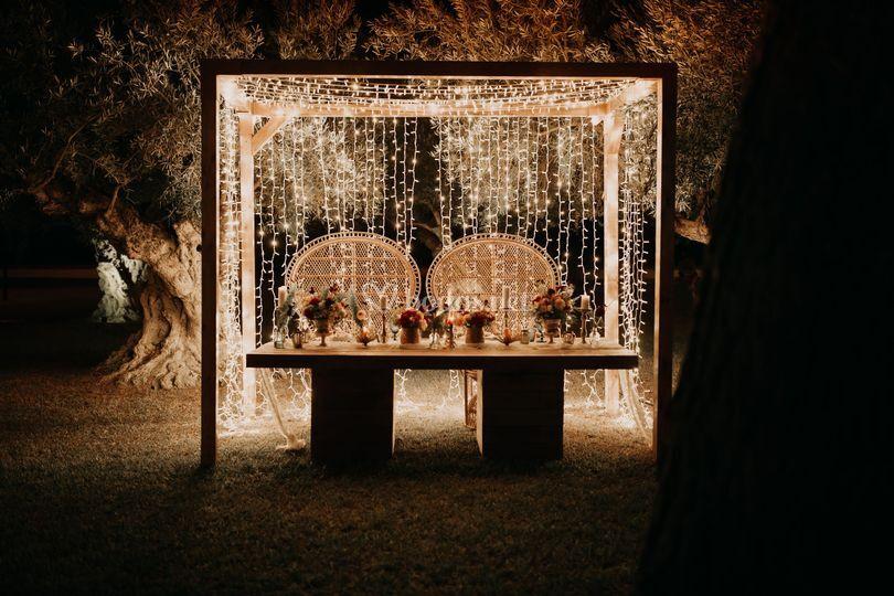Mesa, pérgola e iluminación