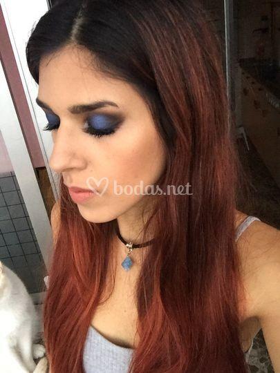 Maquillaje con tonos azul y negro
