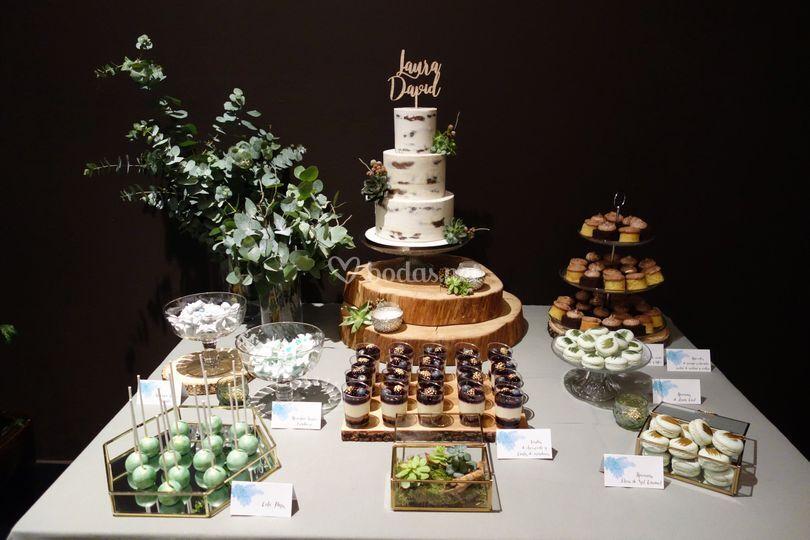 Mesa postres con tarta nupcial