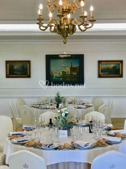 Mesas montadas en salón