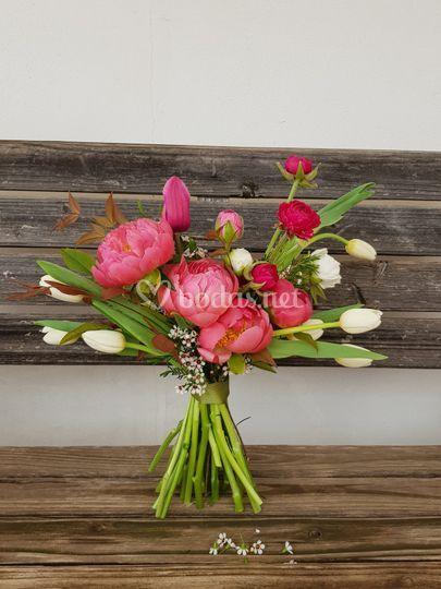 Ramo de peonías y tulipanes