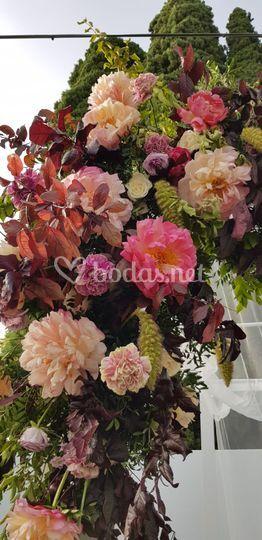 Detalle de arco de flores