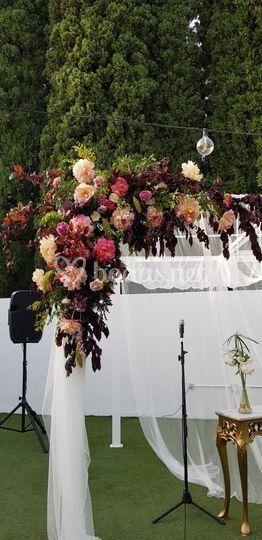 Arco de ceremonia con peonias