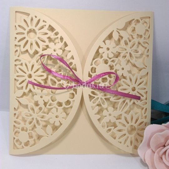 Tarjeta única marrón con lazo rosa