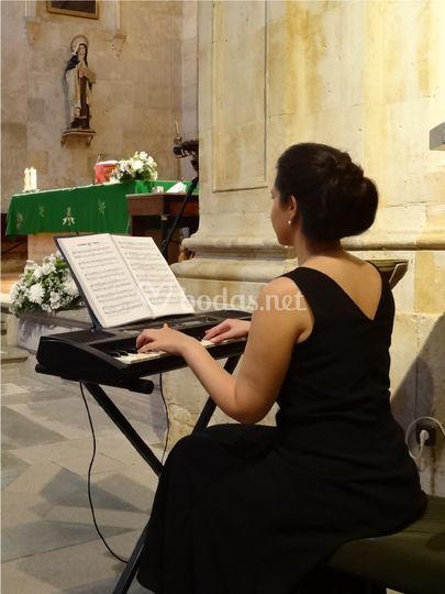 Soprano, pianista y organista