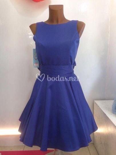 Vestido azul con la espalda descubierta