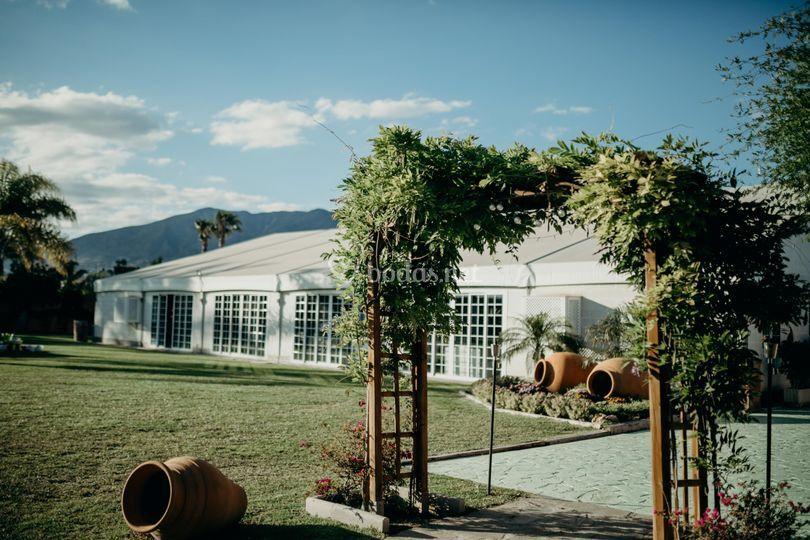 Salón exterior desde el jardín
