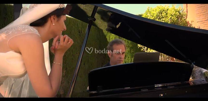 La novia siente la música.