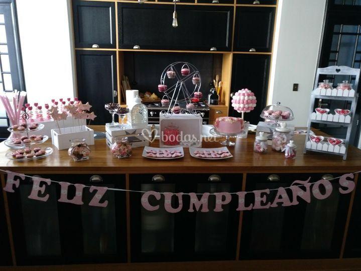 Mesa dulce con tarta