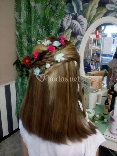 Peinado con detalles florales