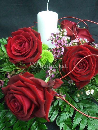 Centre amb espelma, roses i flor de cera