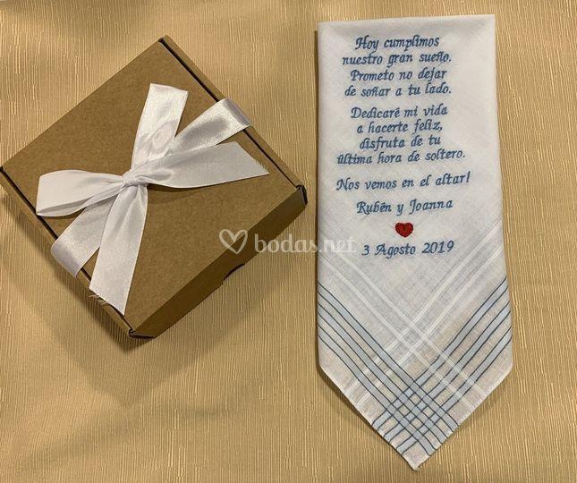 Pañuelo con dedicatoria bordada