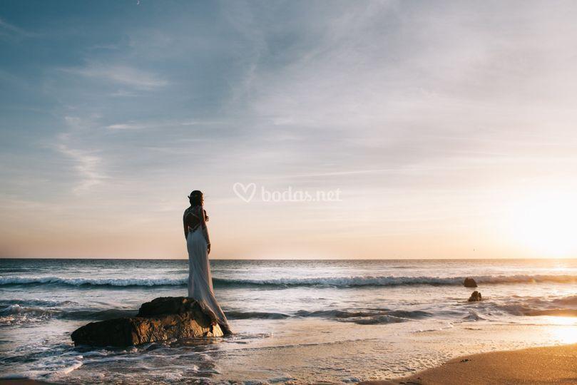 Postboda en la playa al atardecer