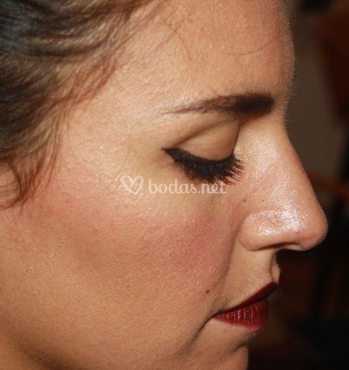 Eyeliner y labios borgoña