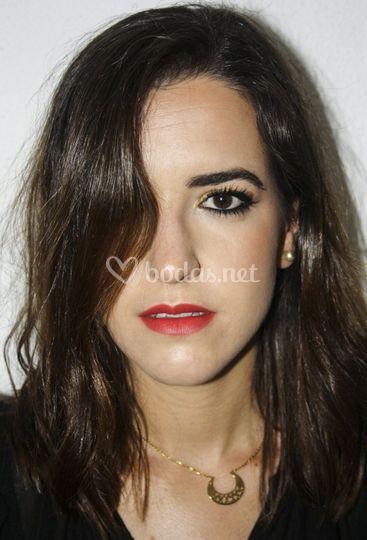 Eyeliner difuminado y labial rojo