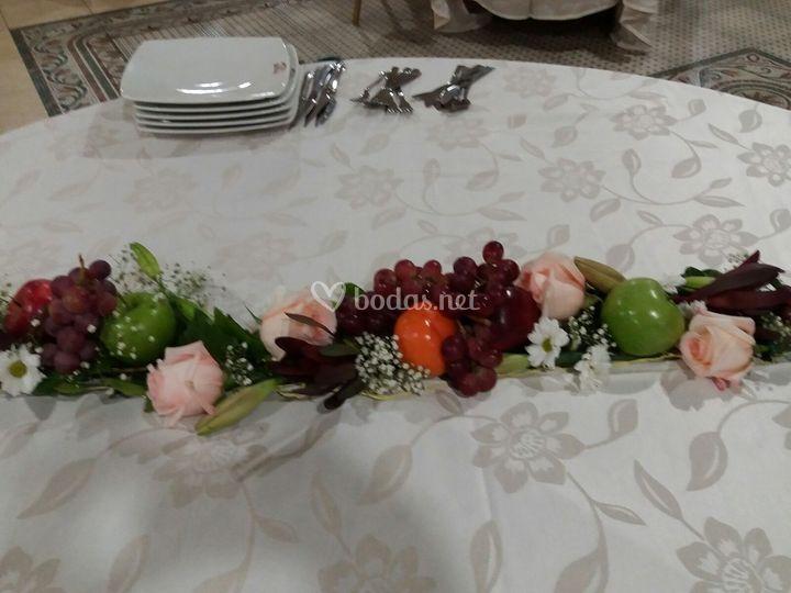 Camino de mesa de flor y fruta